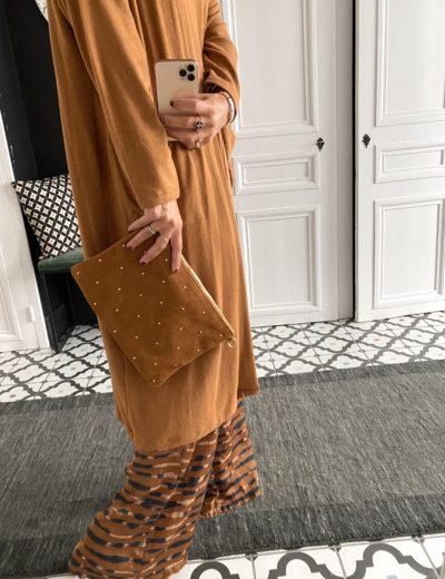 sac-pochette-daim-camel-clouté